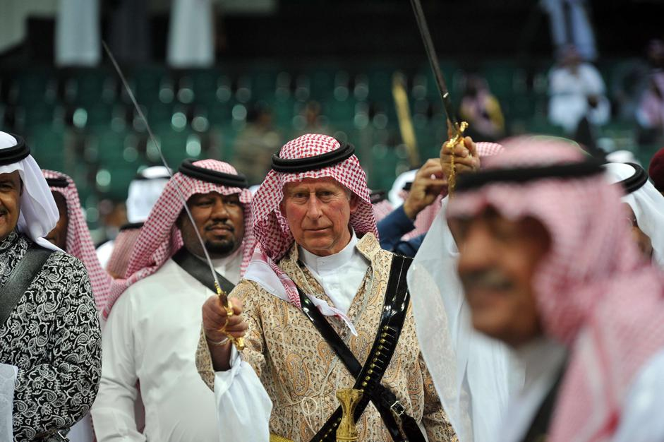 Arabia Sauditia: principe Carlo con sciabola in mano al festival tradizionale