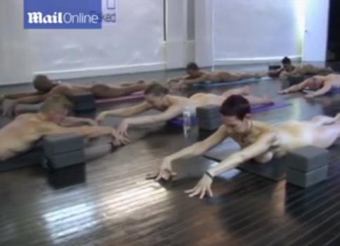 """Usa, fanno Yoga completamente nudi: """"Così siamo tutti uguali"""" (video)"""