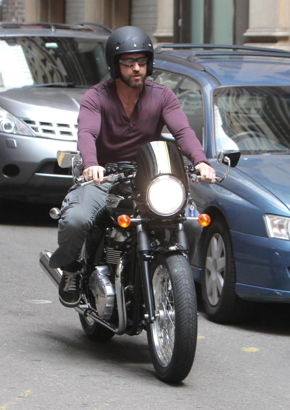 Gerard Butler in moto per le strade di Sydney01