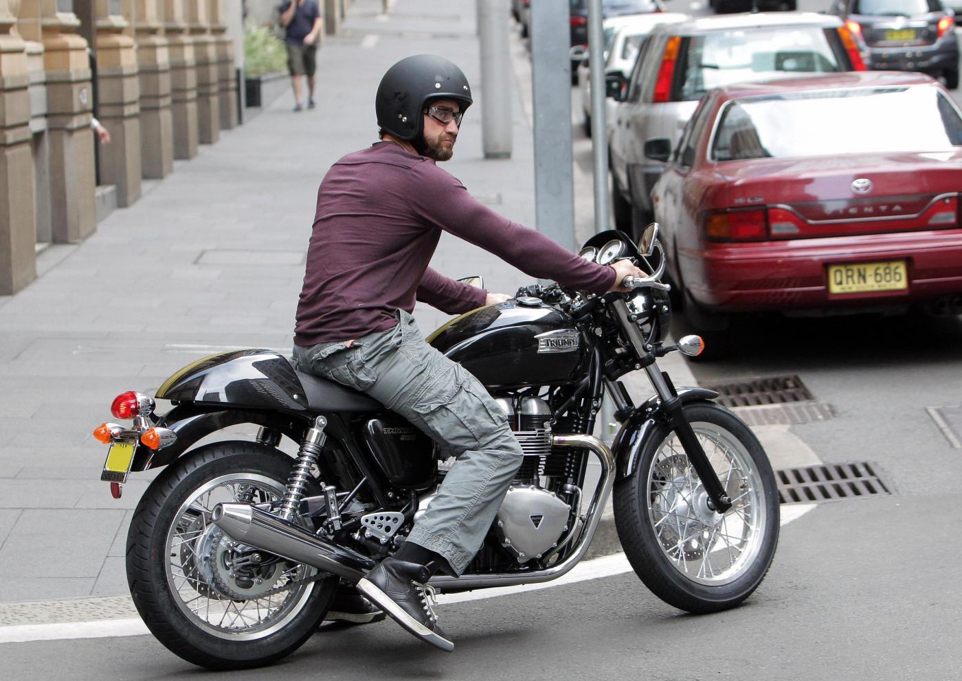 Gerard Butler in moto per le strade di Sydney03