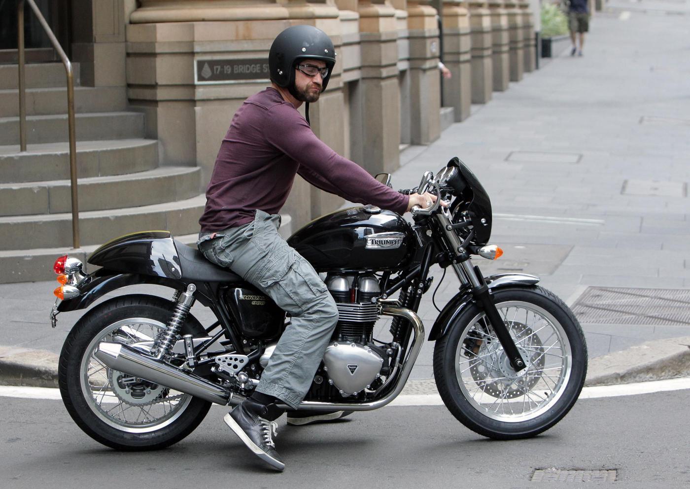 Gerard Butler in moto per le strade di Sydney04
