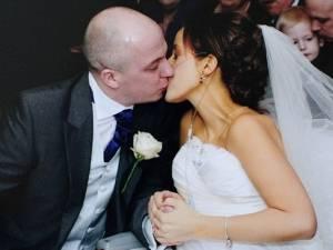 """Mal di pancia per 18 mesi. """"Calcoli"""". Ma era cancro, si sposa e muore dopo 3 gg"""