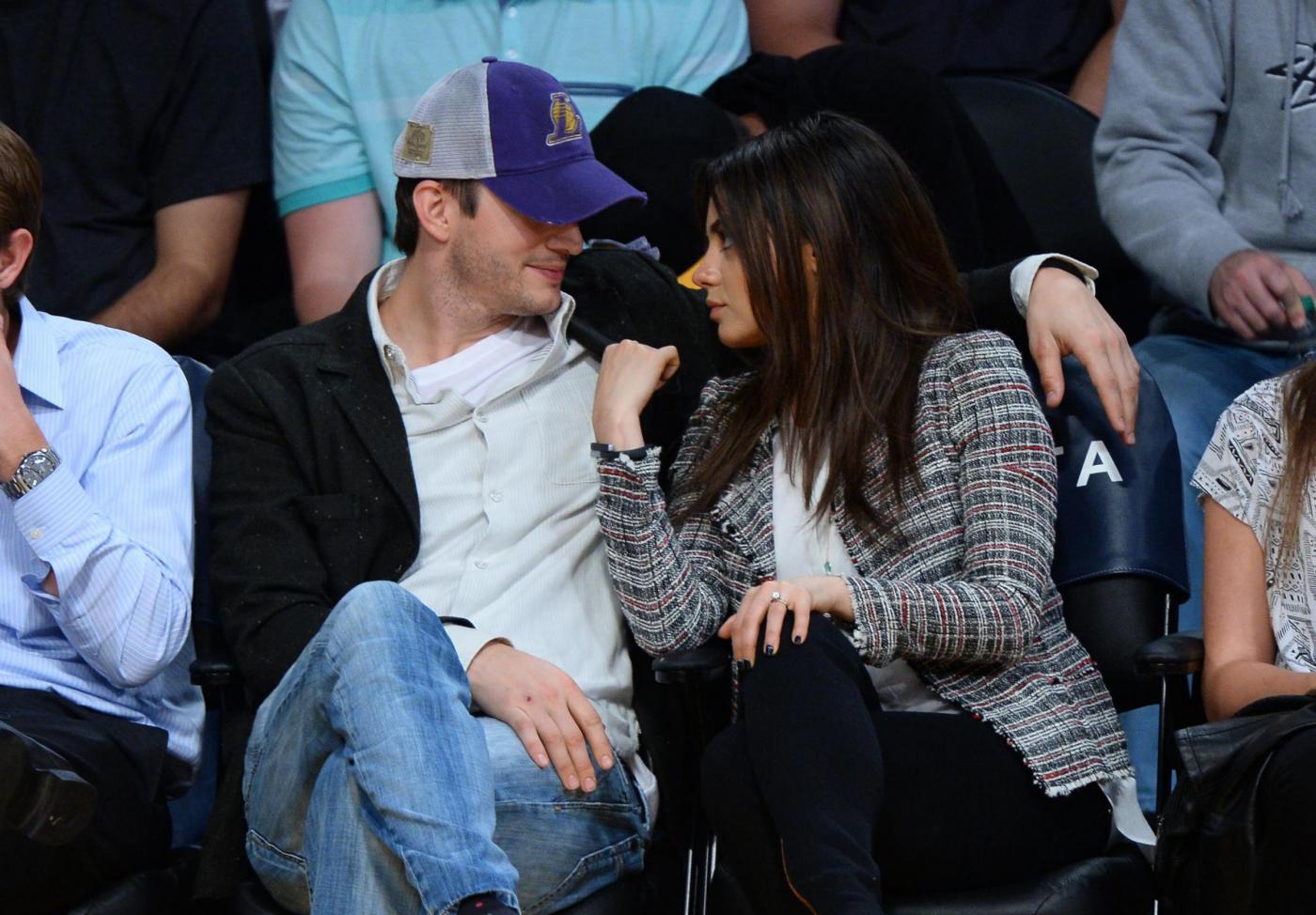 Mila Kunis con l'anello di diamanti regalato da Ashton Kutcher07