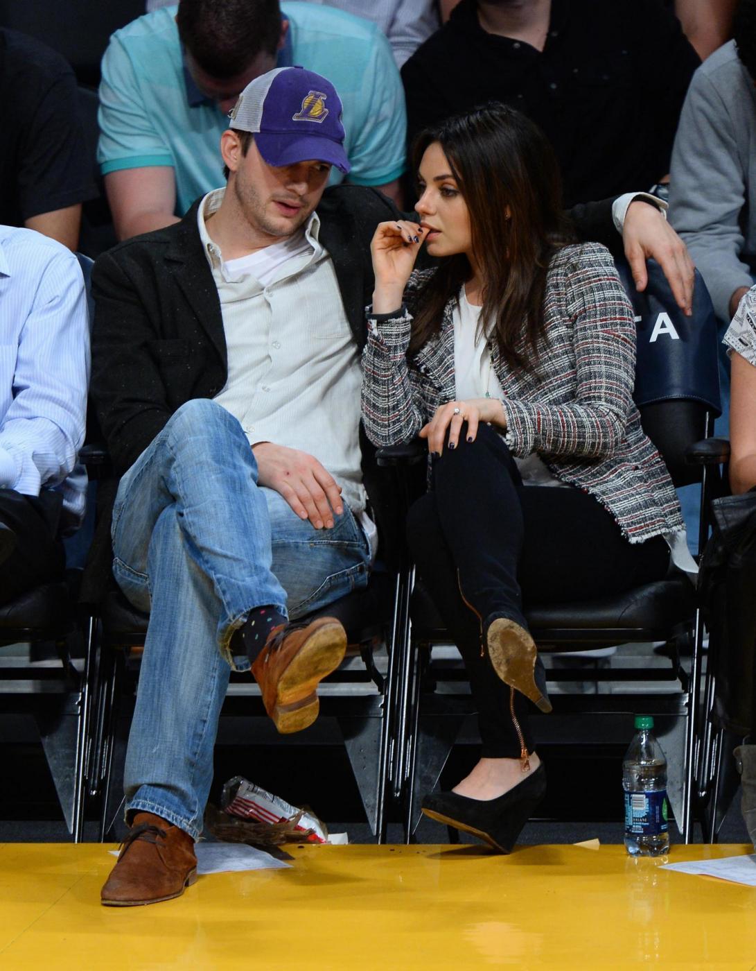 Mila Kunis con l'anello di diamanti regalato da Ashton Kutcher06