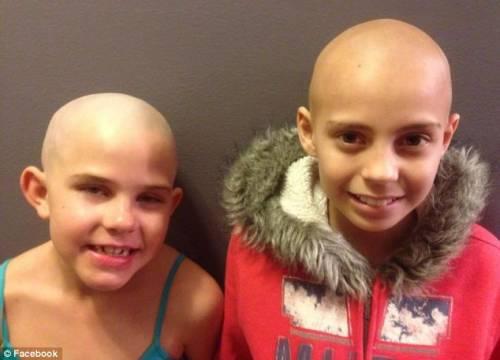 Bimba si rasa capelli a zero per amica malata: scuola non la fa entrare