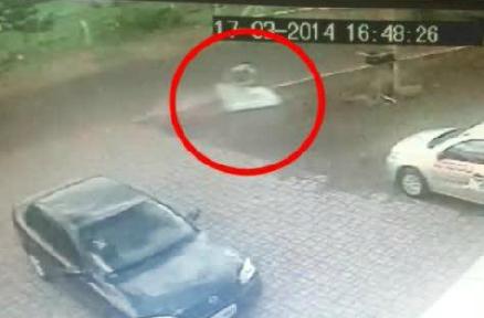 Ciclista sfiorato dal camion cade su un materasso