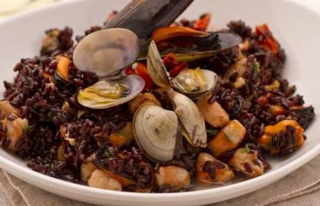 Ricette di pesce: riso venere ai frutti di mare