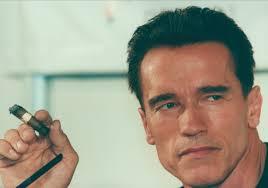 Arnold Schwarzenegger beffa il divieto e si fa fotografare con un sigaro