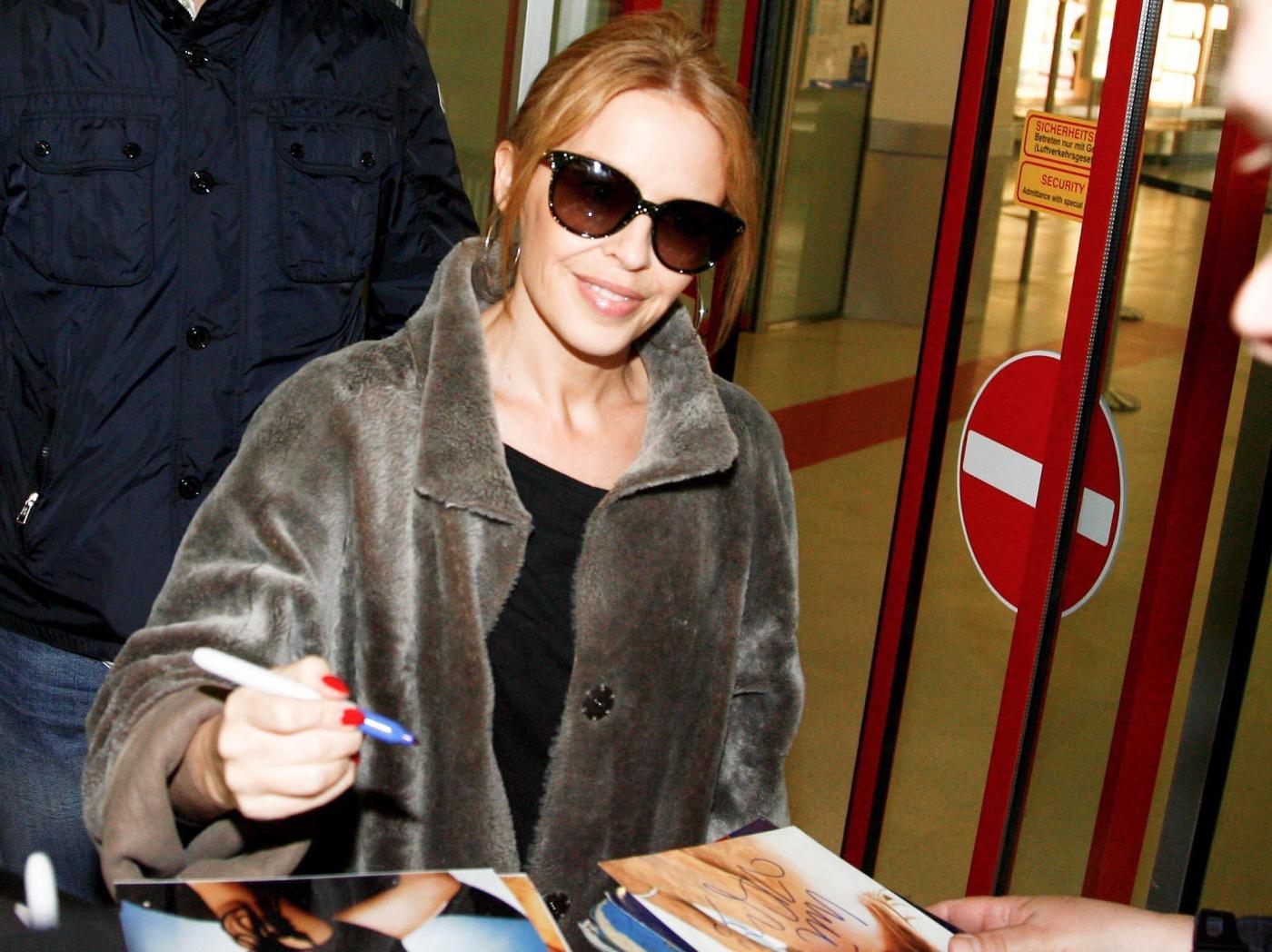 Kylie Minogue firma autografi ai fan a Berlino03