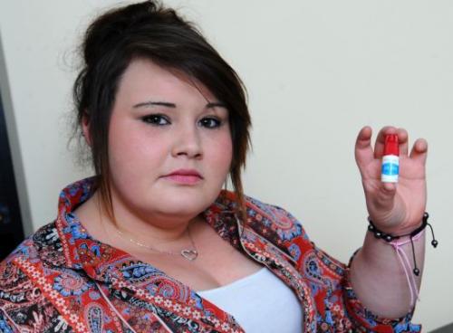 Usa una colla per unghie finte: ragazza perde indice della mano