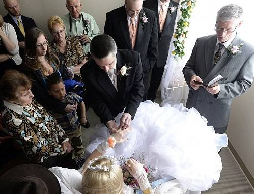 Le scoprono cancro incurabile: si sposa in terapia intensiva (foto e video)