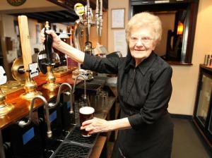 Dolly Saville, 100 anni, è la cameriera (in servizio) più anziana del mondo