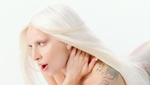 Lady Gaga ritoccata con Photoshop nella pubblicità Versace01