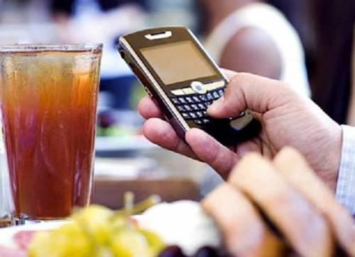 Genitori malati di smartphone... e lasciano soli i figli