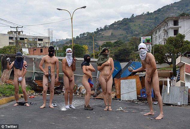Venezuela, studenti nudi su Twitter02