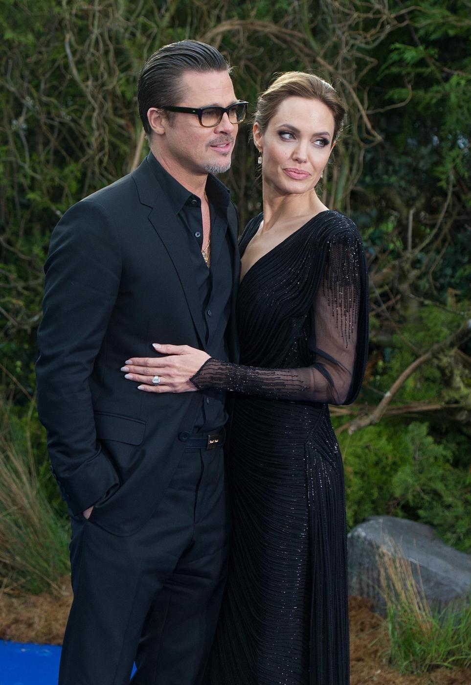 Angelina Jolie in abito nero sul red carpet di Maleficent03