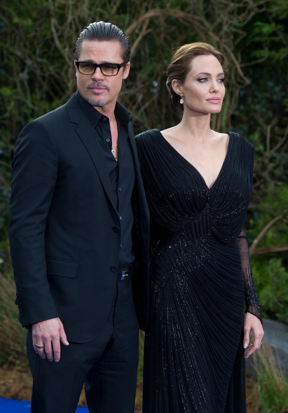 Angelina Jolie in abito nero sul red carpet di Maleficent02