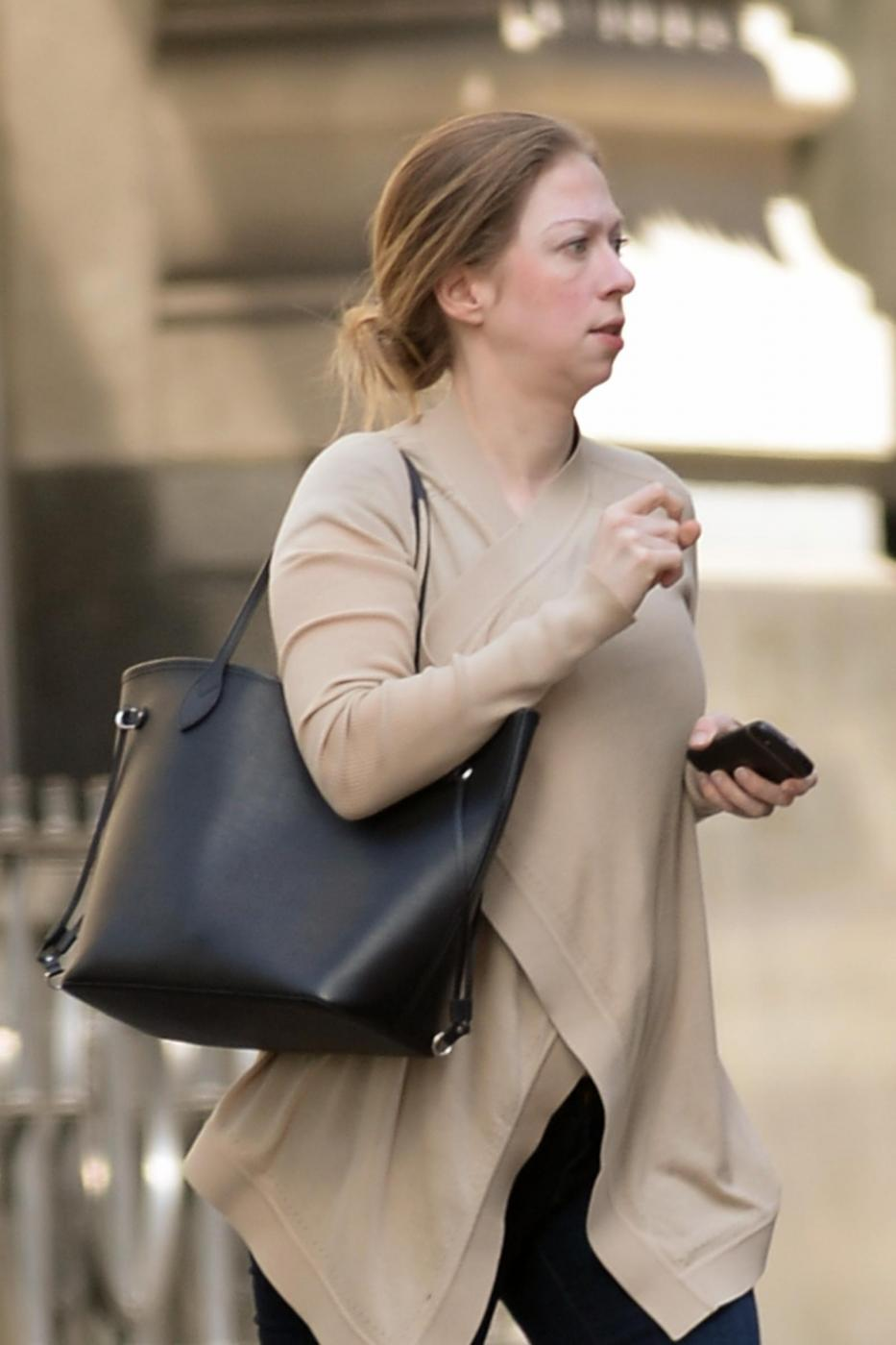 Chelsea Clinton incinta: le prime foto del pancino 02