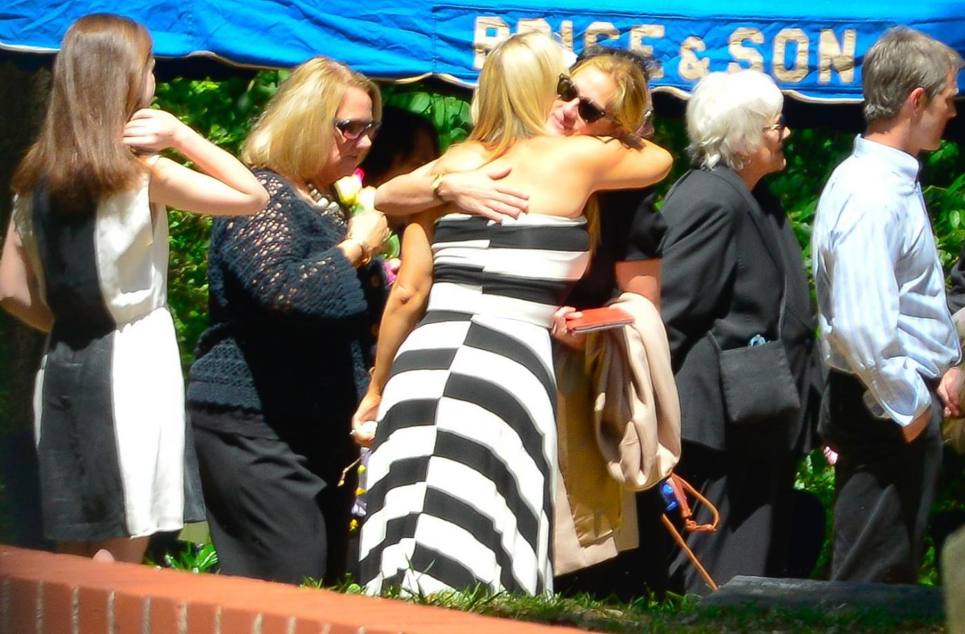 Julia Roberts al funerale della sorella non riesce a trattenere le lacrime03