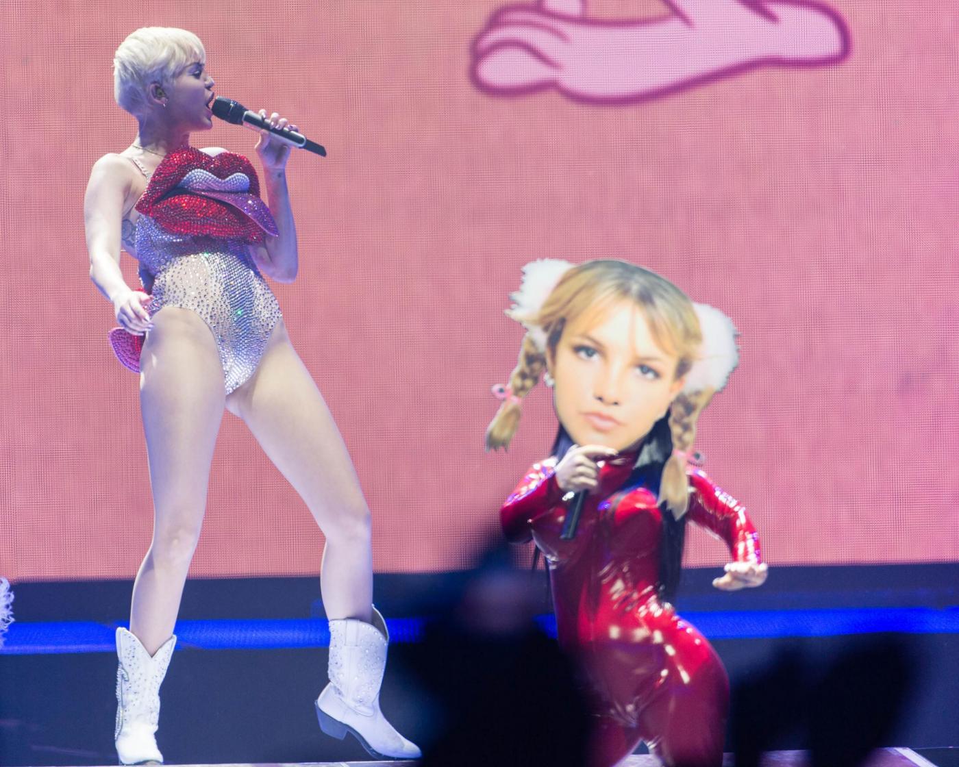 "Miley Cyrus sul palco a Londra: ""Drogatevi"",""fumate erba"", ""datevi bacio gay""14"