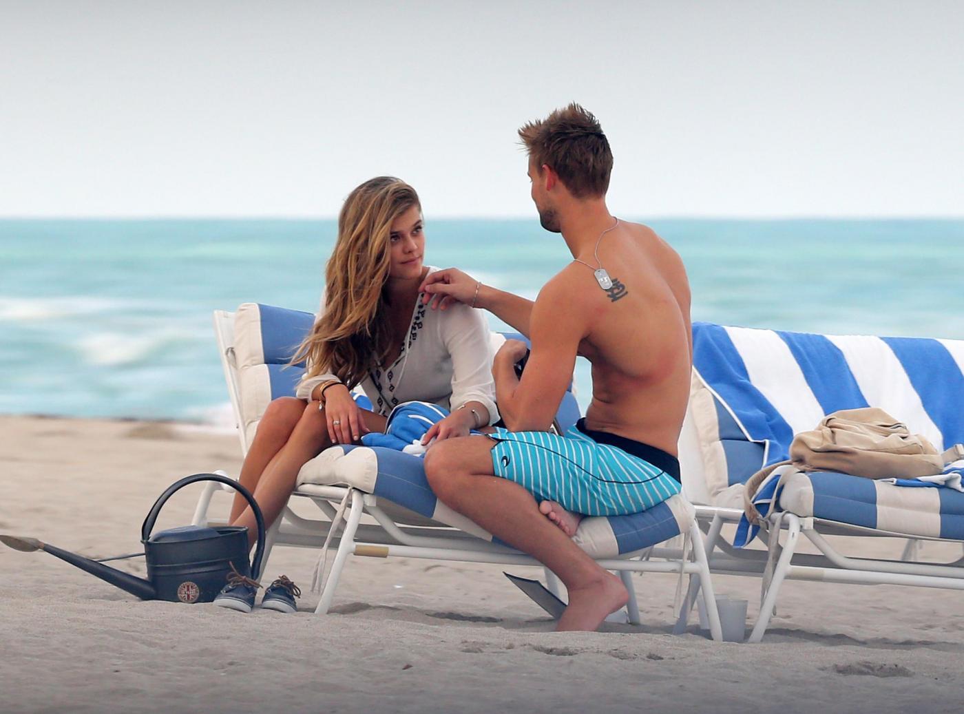 Nina Adgal, baci e coccole in spiaggia04