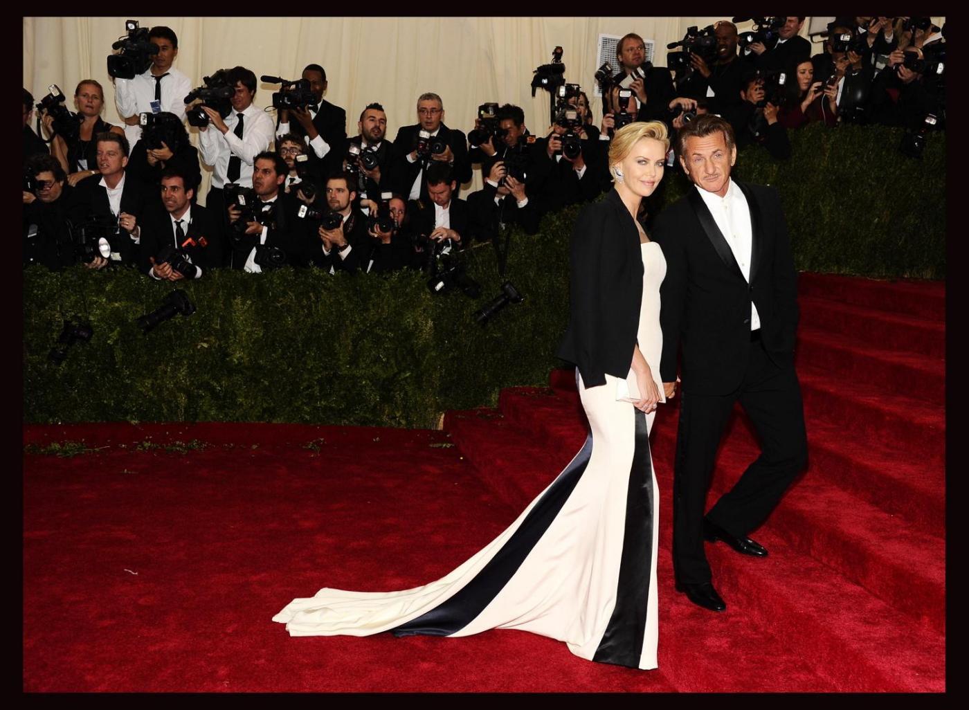 Sean Penn e Charlize Theron mano per mano al Met Gala067
