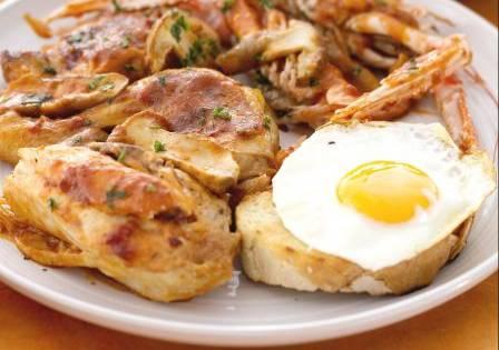 Ricette di carne: pollo alla Marengo con gamberi e uova