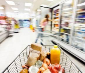 Come risparmiare sulla spesa, italiani tagliano carne e pesce