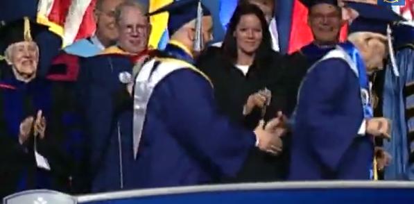 Walter Seaton Bunker, laurea con lode a 90 anni (video)