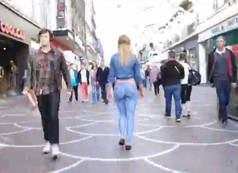 Body Painting: ragazza gira nuda per la città ma nessuno se ne accorge