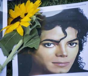Michael Jackosn moriva 5 anni fa fan lo ricordano con fiori e biglietti06