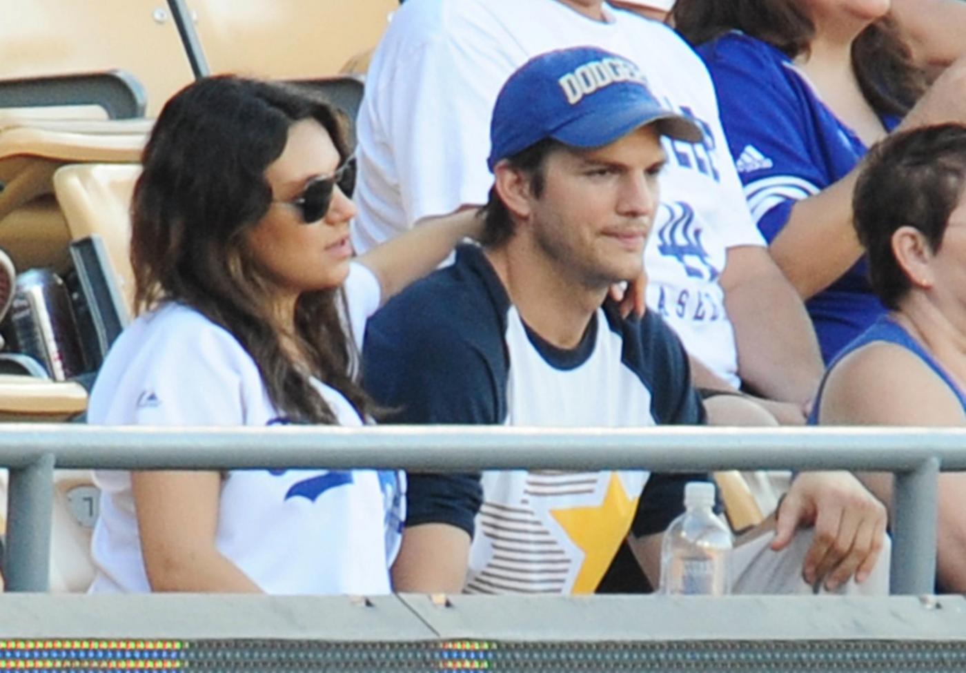 Mila Kunis col pancione alla partita: baci e coccole al compagno Ashton Kutcher09