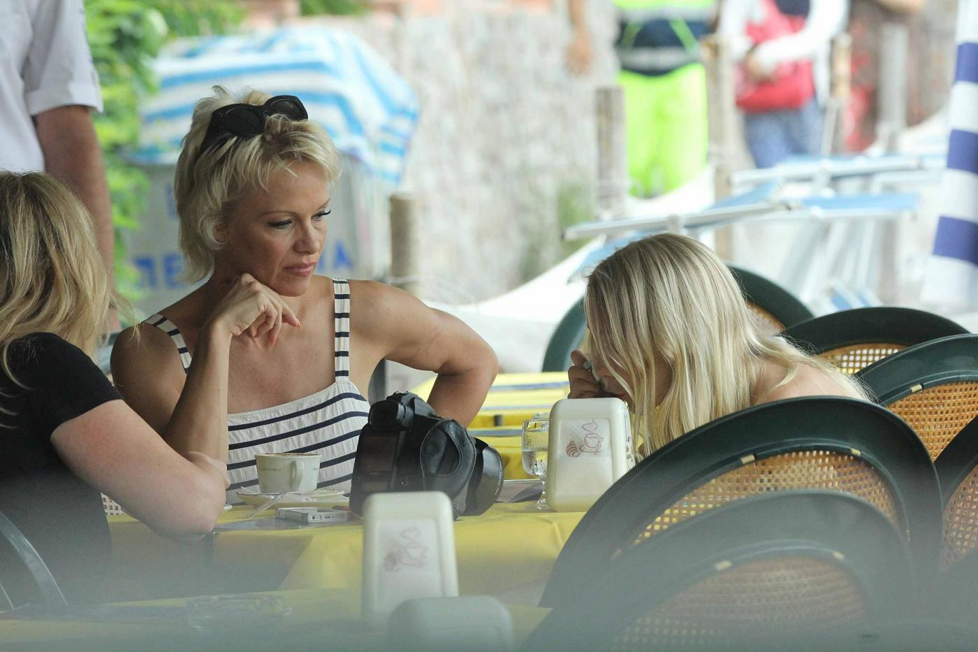 Pamela Anderson, passeggiata in spiaggia a Taormina02