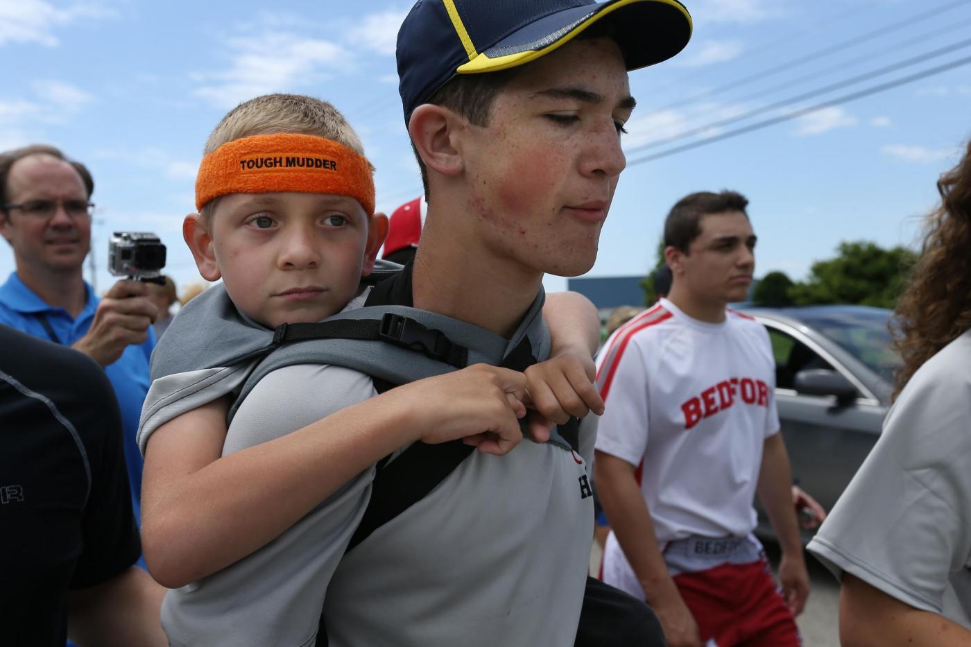Usa, corre 64 km con il fratello invalido sulle spalle04