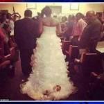 Usa, si sposa con la figlia di un mese legata sull'abito