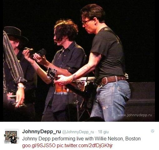 Johnny Depp suona la chitarra al concerto di Willie Nelson (video)