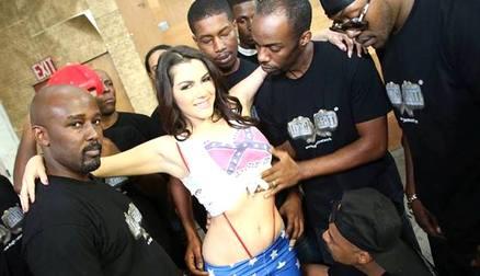Valentina Nappi sfida la Legae gira un porno con soli immigrati