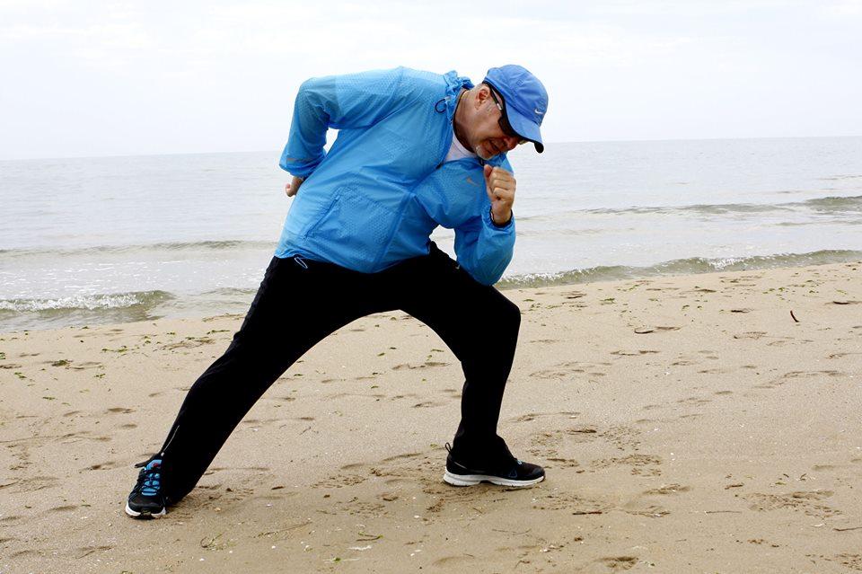 Vasco Rossi, jogging in spiaggia in vista del Tour (foto)