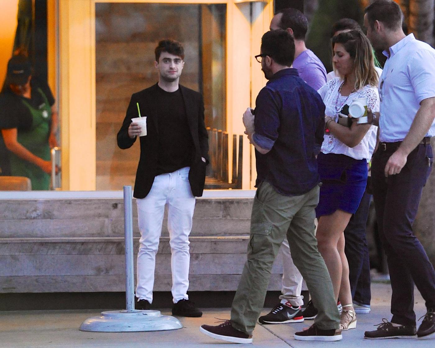 Daniel Radcliffe esce dagli studi tv e incontra un fan troppo focoso 01