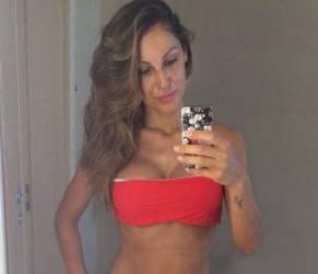 "Anna Tatangelo, foto in bikini. Furia web: ""Troppo finta"""