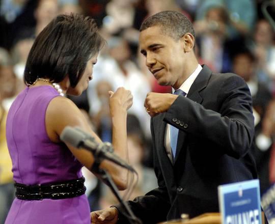 """Stretta di mano poco igienica. Meglio il """"pugno"""" di Obama"""