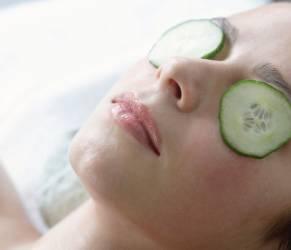 Occhiaie, i rimedi: massaggi e impacchi con patate e ribes nero
