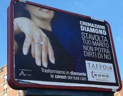 """""""Trasformiamo le ceneri dei tuoi cari in diamanti"""": cartellone choc a Roma"""
