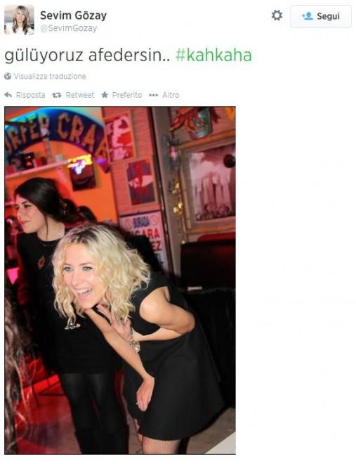 Turchia, donne sfidano vicepremier con selfie sorridenti (foto)