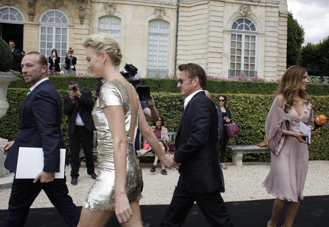 Sean Penn e Charlize Theron mano per mano