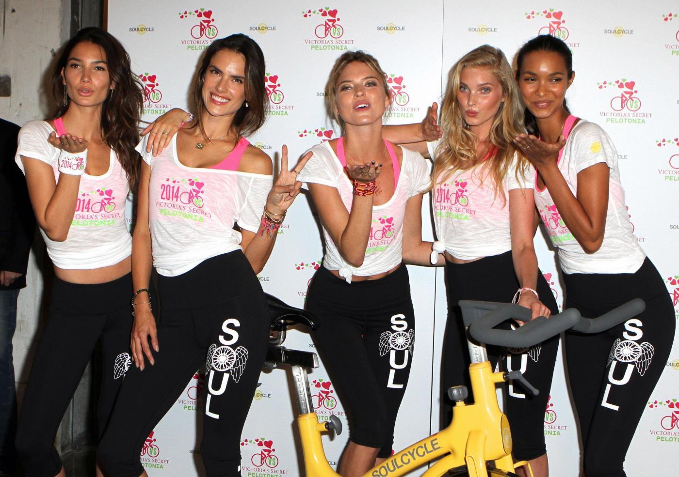 Victoria's Secret, gli angeli pedalano per beneficenza contro il cancro 03
