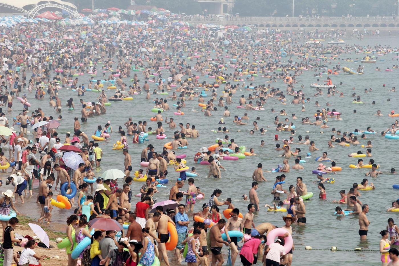 Cina, la spiaggia di Fujiazhuang è la più affollata del mondo02