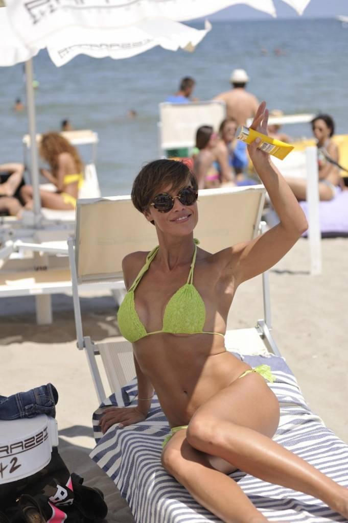 Roberta giarrusso al paparazzi beach con il costume fluo foto ladyblitz - Bagno paparazzi milano marittima ...