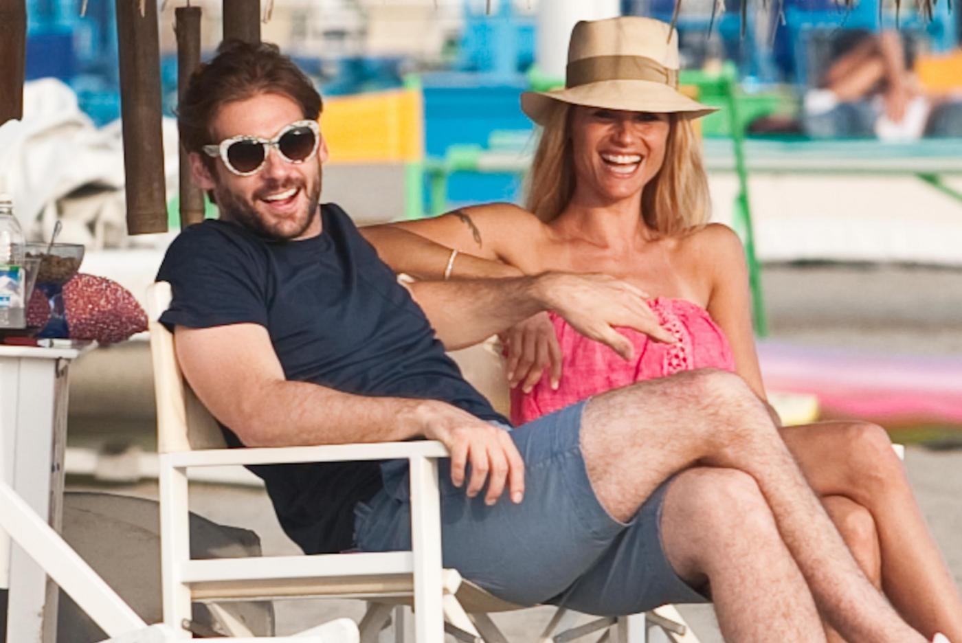 Michelle Hunziker e Tomaso Trussardi si rilassano in spiaggia (foto)