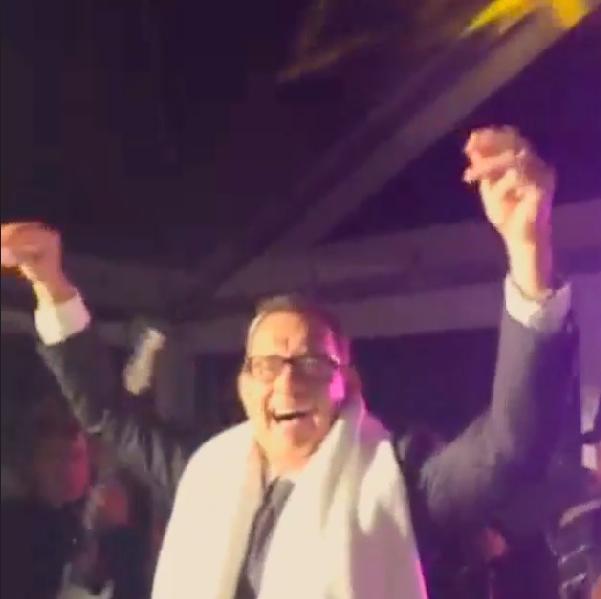 Tom Hanks balla scatenato al matrimonio, Justin Bieber lo filma (video)